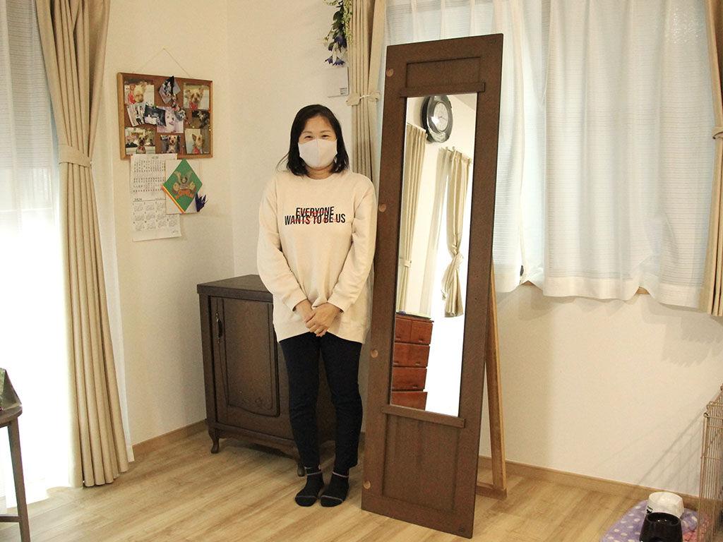 婚礼タンスからリメイクしたお仏壇用キャビネットと姿見と一緒に記念撮影