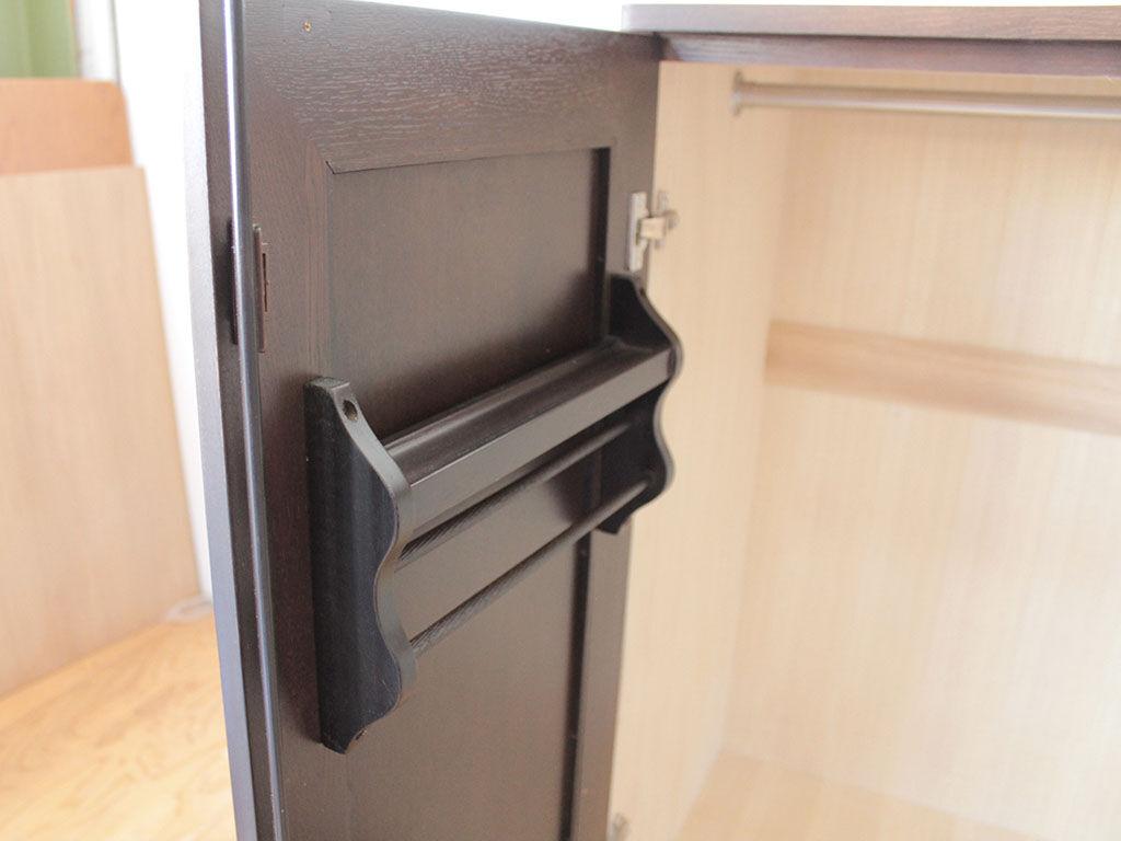 扉の金物に干渉しない一番高い位置にネクタイ掛けを移設