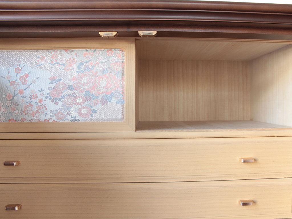 和タンス内部の刺繍入りの引き戸