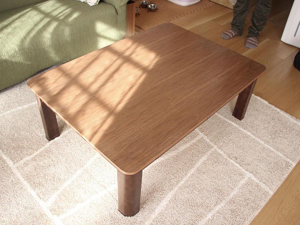 ナチュラルなお部屋の雰囲気にぴったりお似合いなウォールナット天板のテーブル