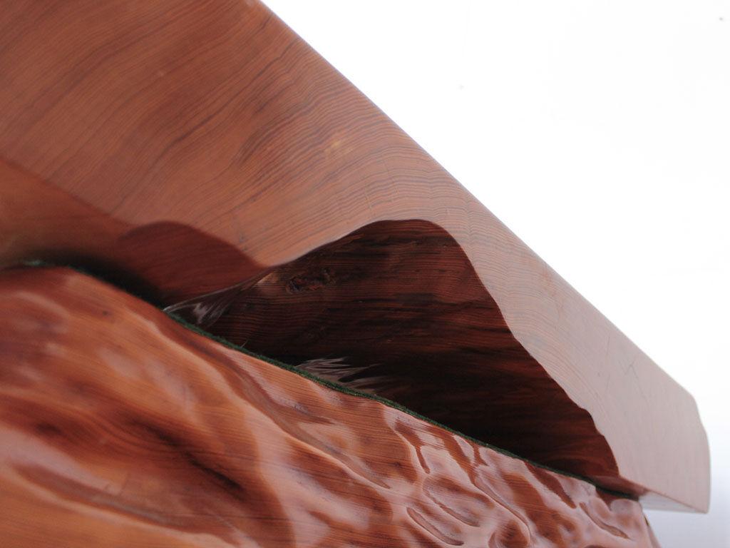 天然木を切り出して作られた天板のため位置によって厚みが違う