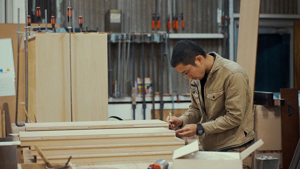 淡路島工房オニオンベースのスタッフが家具製作をしている様子