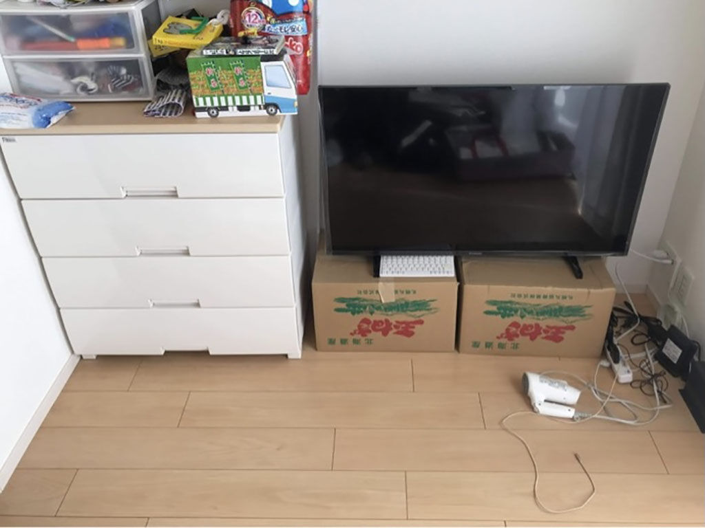オーダーしたテレビボードが届く前のリビング