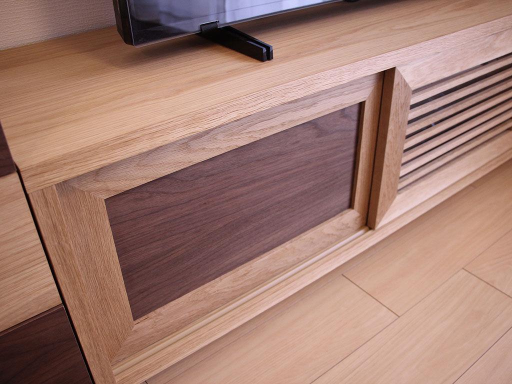 オーク材をベースに片方の引き戸にウォールナット材を使用したテレビボード