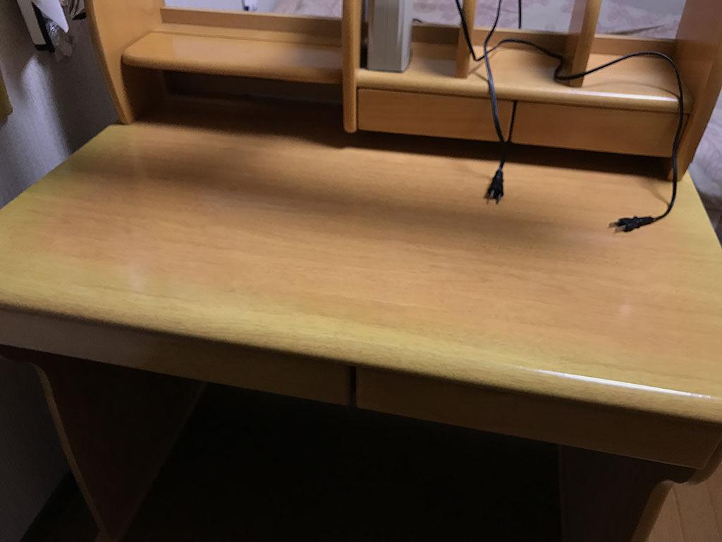 勉強道具を広げたり収納できたりする反面その大きさがネックにもなる学習机