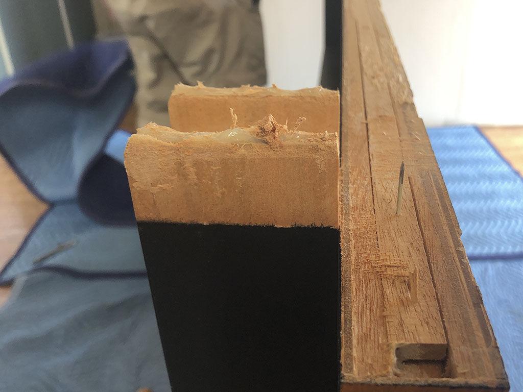 天板と脚が一体型となっていて接合部はボンドで接着されてたテーブル