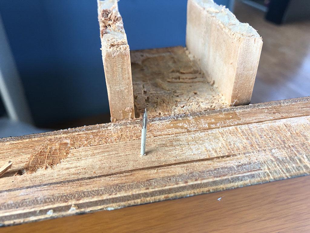 テーブル天板と脚の接合部の釘