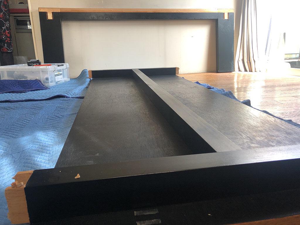 搬出のためにお客様のお家で現地解体したダイニングテーブルの天板と脚