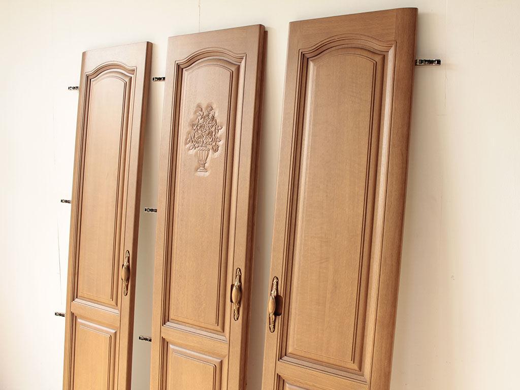 洋服タンスの真ん中の扉に彫られた美しい絵柄