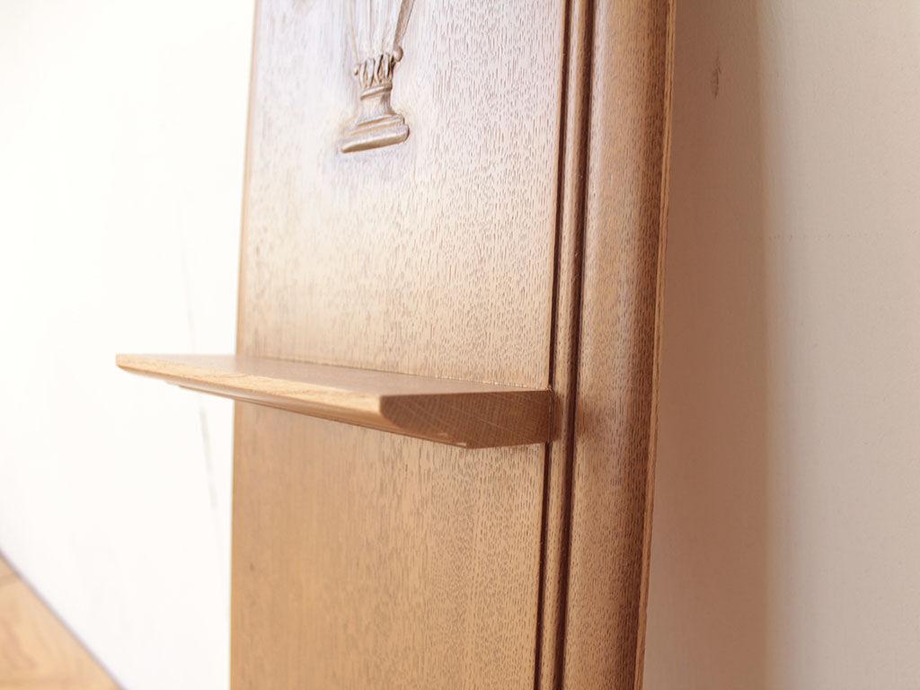 繊細な飾り彫に合わせてラインにこだわって仕上げた棚板