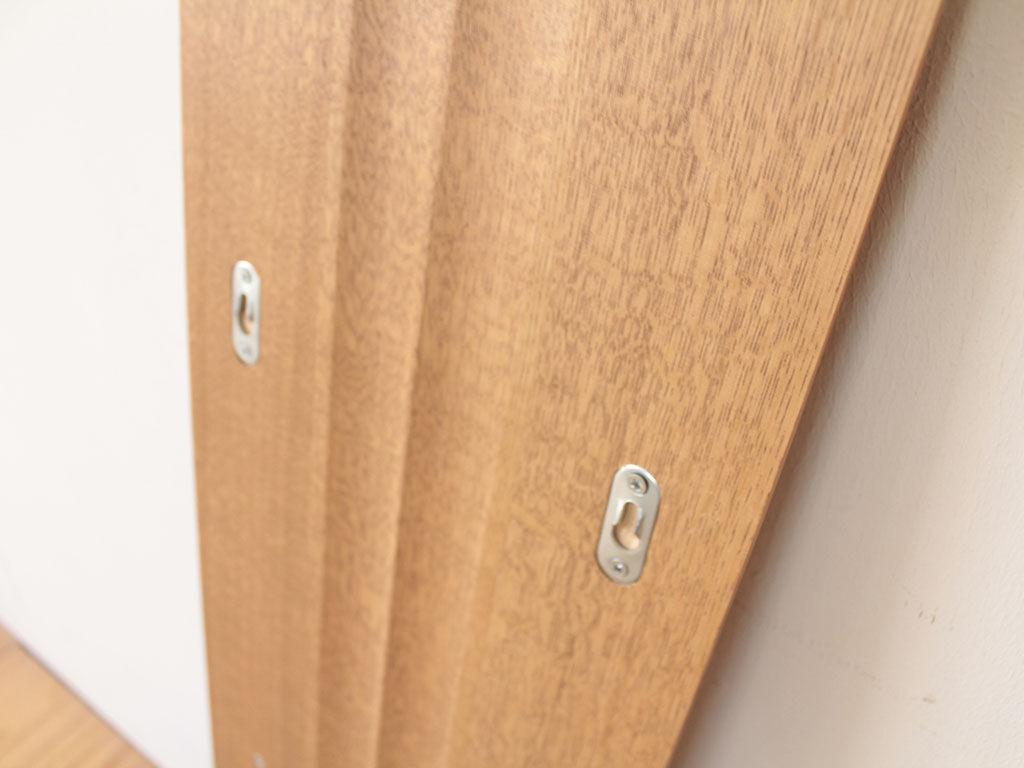 壁掛けできるように背面に金具を仕込んである飾り棚