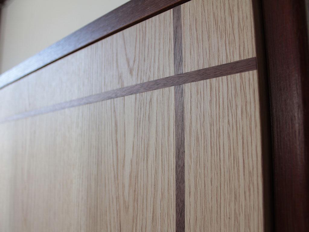 面積の広い扉が単調になってしまわないよう入れたアクセントライン