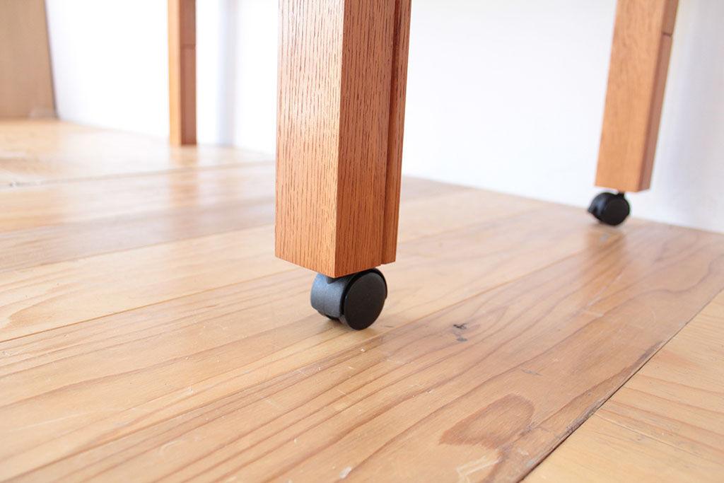 テーブル片側の脚の先端にキャスターを取り付け