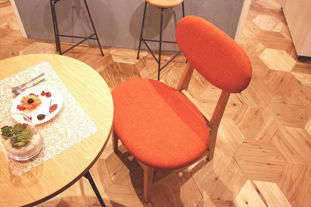 東京店シモキタベースに展示している『カームチェア』(オレンジファブリック仕様)
