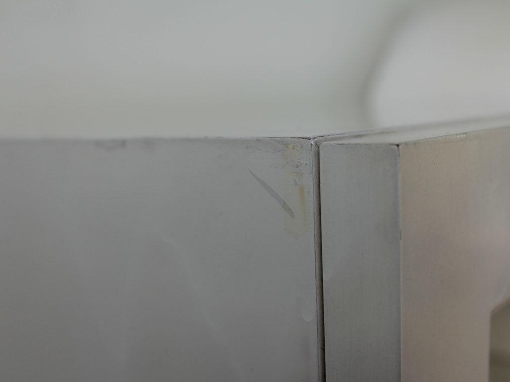 塗装が汚れてしまったというキャビネット