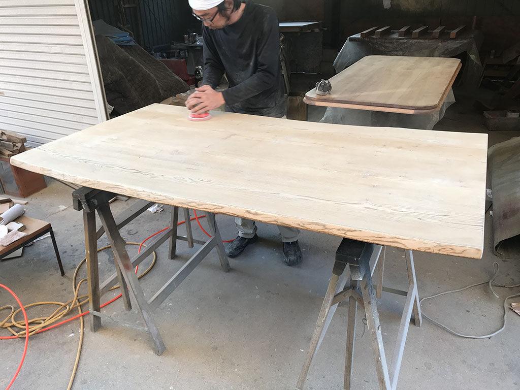 テーブルの天板美装(レストア)の様子