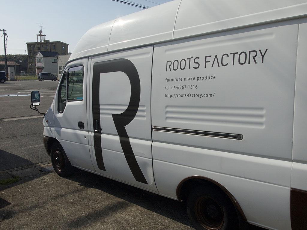 ルーツファクトリーのオーダー家具を運ぶトラック