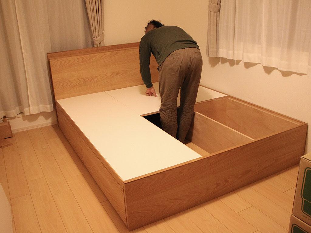 収納付きベッドの組み立て中写真