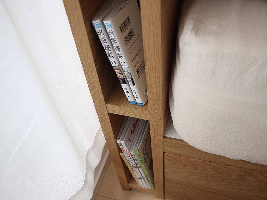 漫画や絵本を収納できるベッドのヘッドボード
