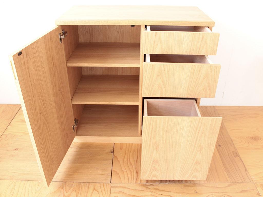 左側に開き扉の棚板収納、右側に3段の引き出しを配置したサイドボード