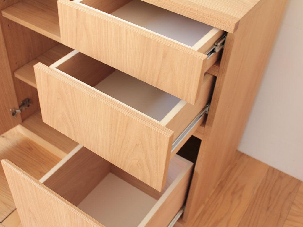 最下段の引き出しに深さを出して書類ファイル等を縦向きに収納することもできるサイドボード