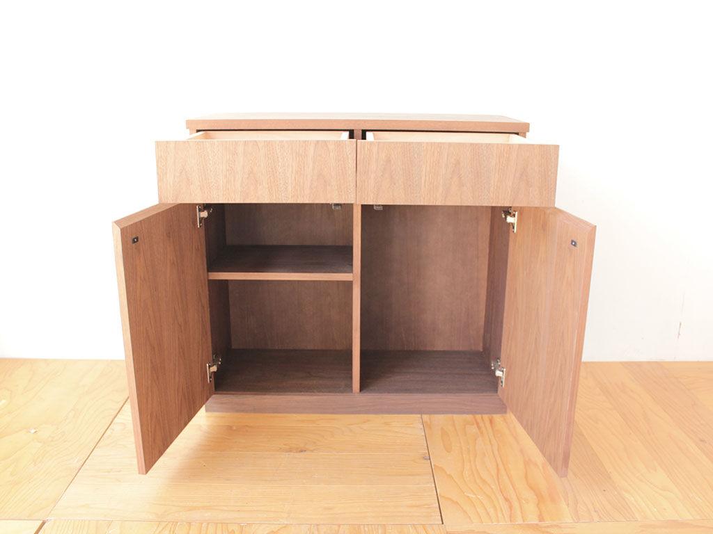 上部に引き出し2列、下部に開き扉の棚板収納を配置したウォールナットのサイドボード