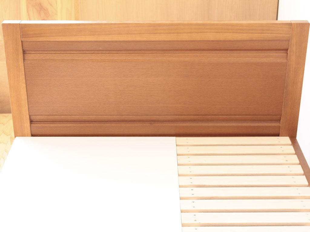 框構造の扉を再加工して作ったベッドのヘッドボード