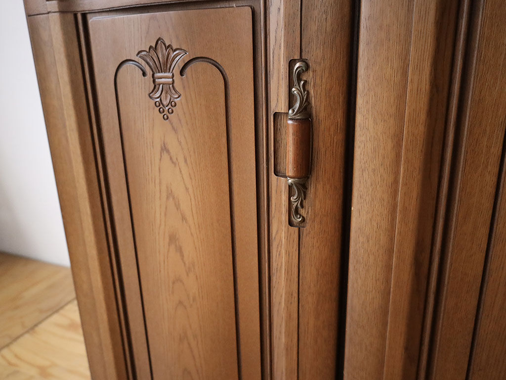 高さが低くなった家具の使い勝手を考え取っ手の位置を移設した扉