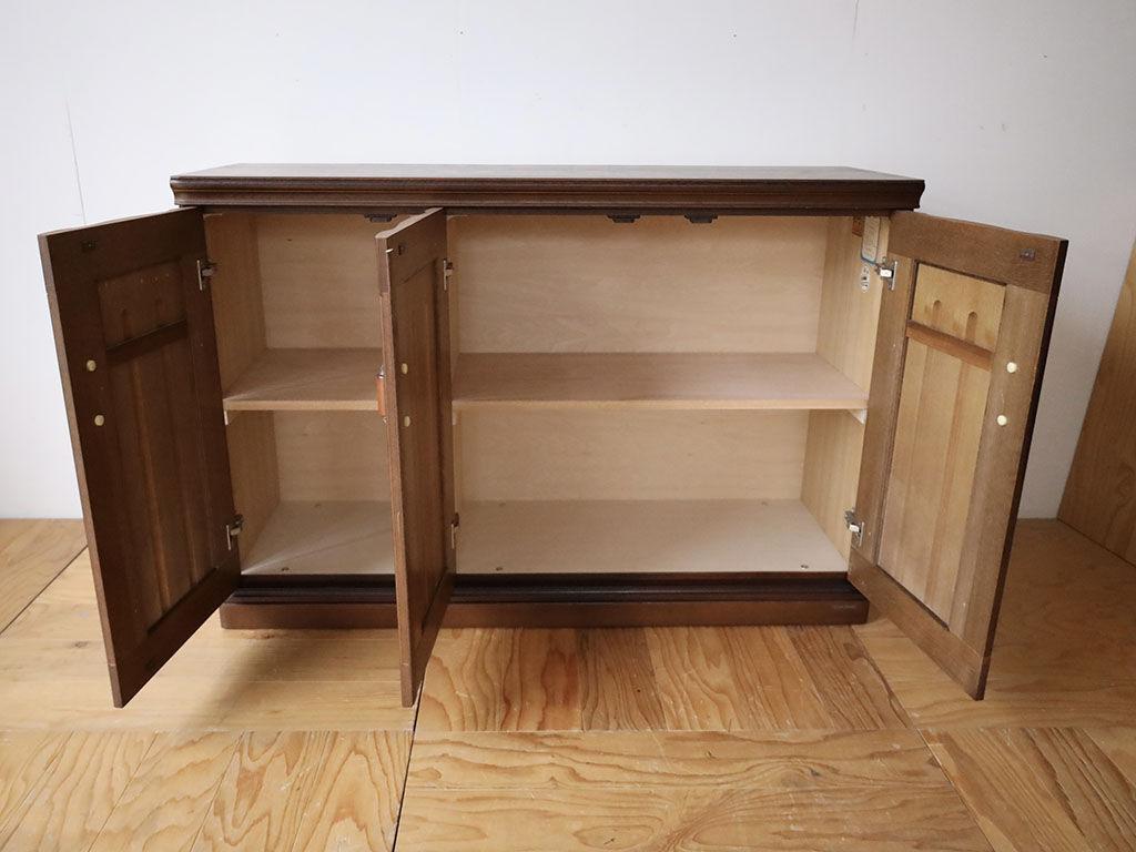 リサイズした洋服タンスの内部に雑貨などを収納できるよう新しく桟を取り付けて棚板をのせられるようにした