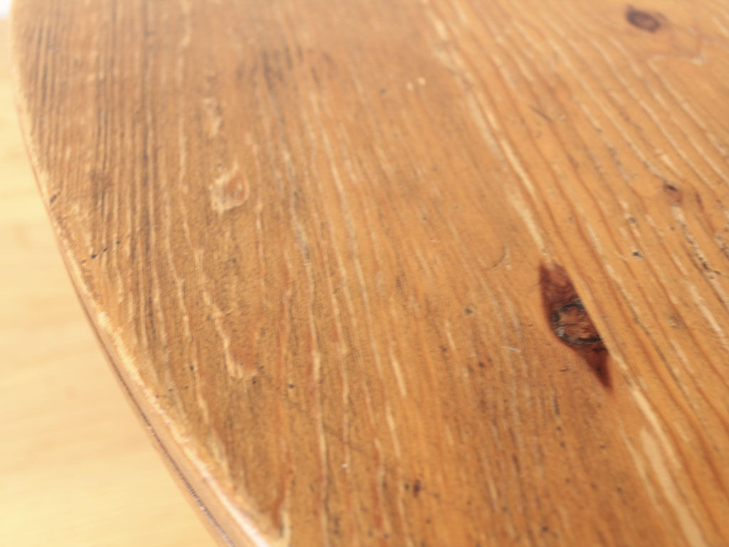 傷も味わいとなっているちゃぶ台の天板