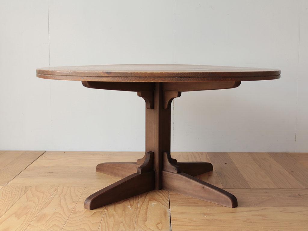 シルエットが美しい1本脚のダイニングテーブル