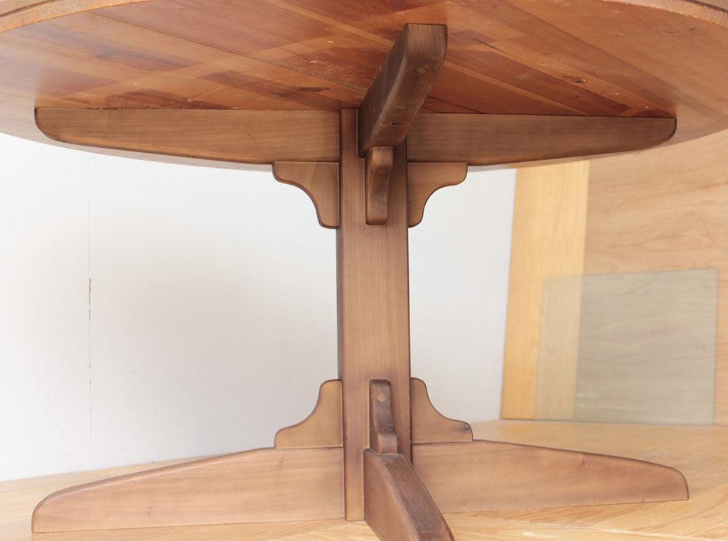 装飾のようにお洒落な脚の支柱部分と接地部材の補強