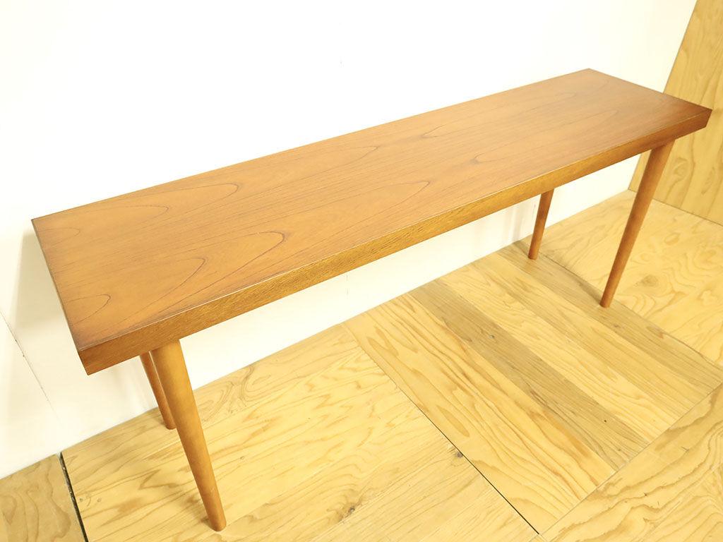 天板に色味を合わせて塗装した脚を使用したテーブル