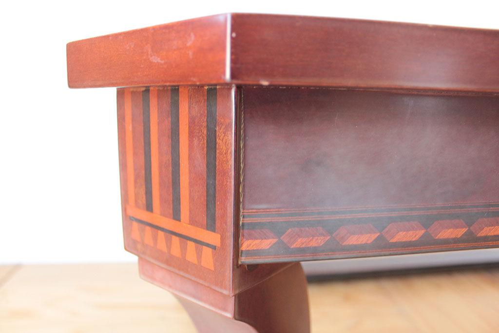 美しい象嵌細工が施されたテーブル