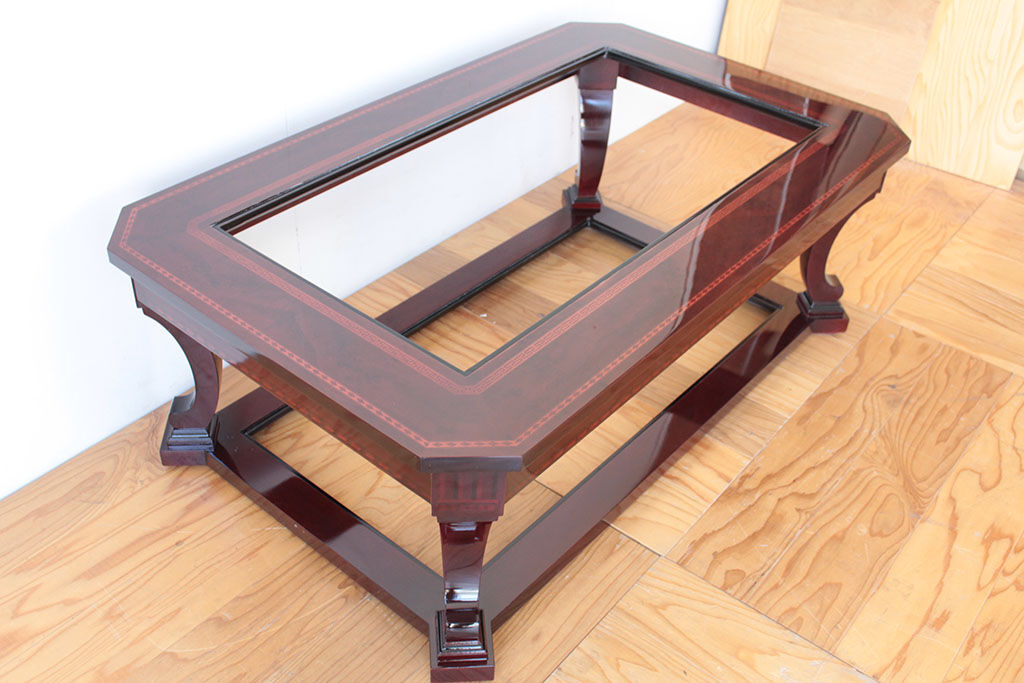 何度も塗装を塗り重ね美しくレストアされたテーブル