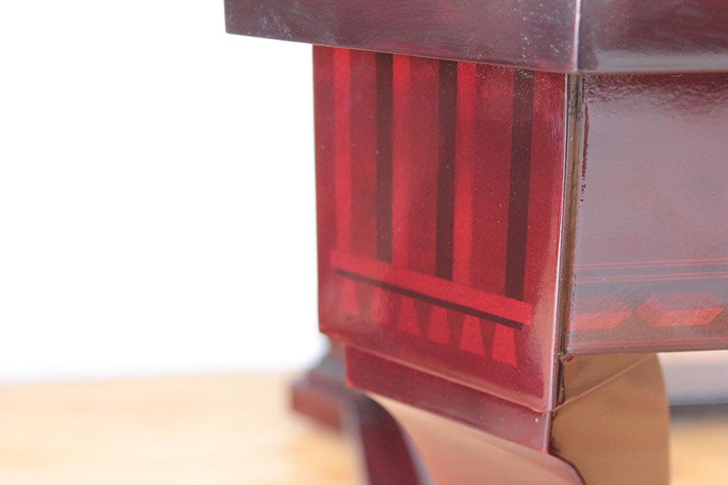 元の艶を取り戻した象嵌細工入りのテーブル
