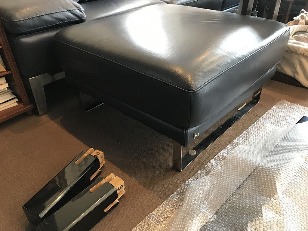 テーブルと一緒にお使いになるというステンレス脚のソファ