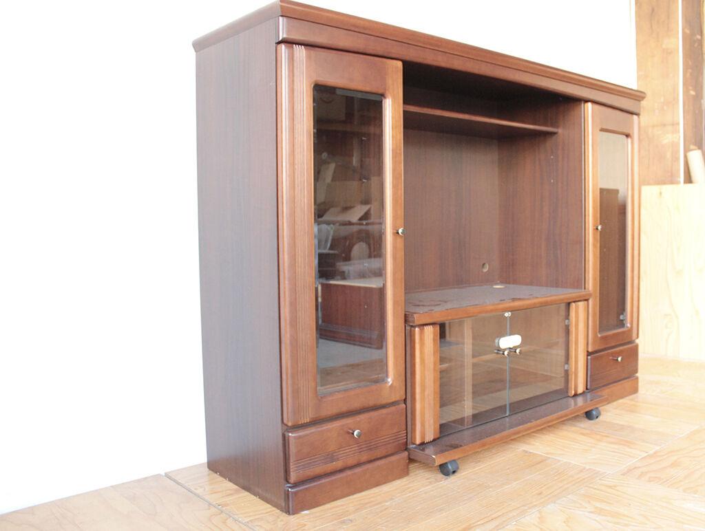 ガラス扉と木製引き出しの飾り棚付きテレビボード