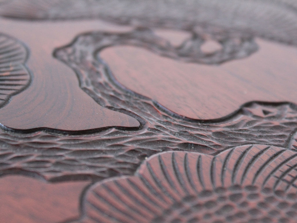 美しい松の飾り彫が施された座卓