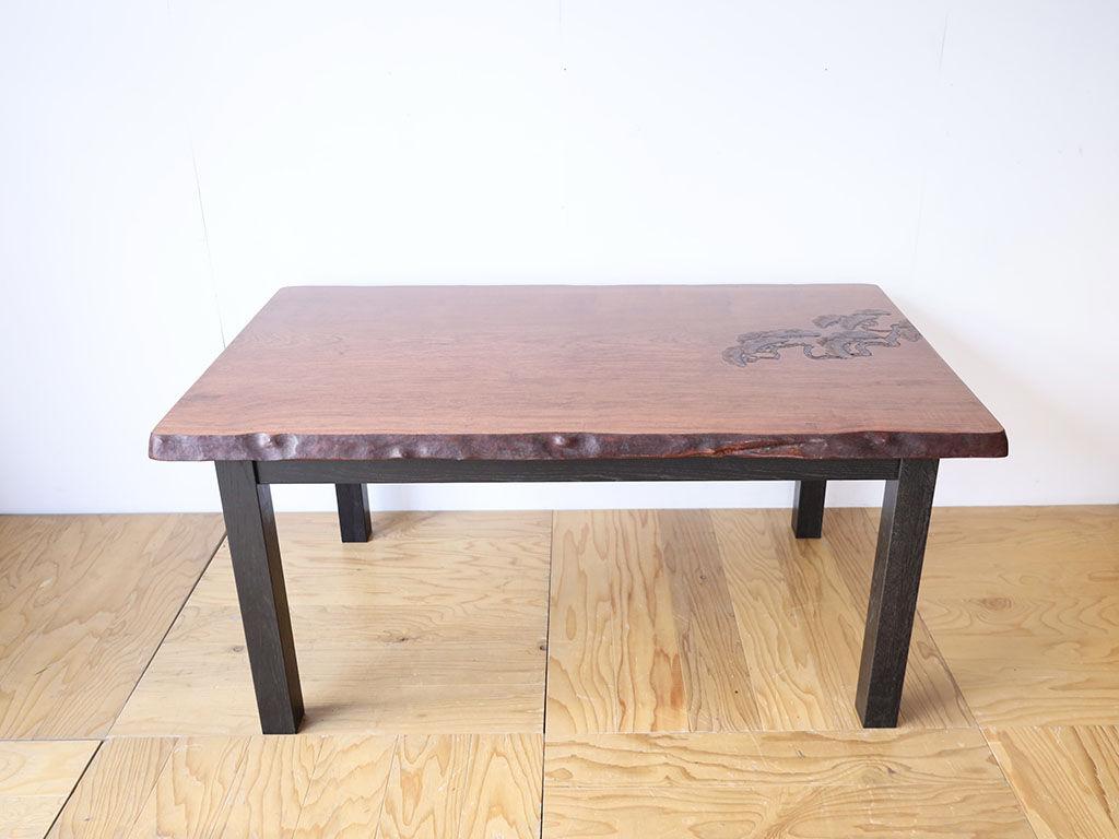 松の飾り彫が施された無垢一枚板の座卓をダイニングテーブルにリメイク