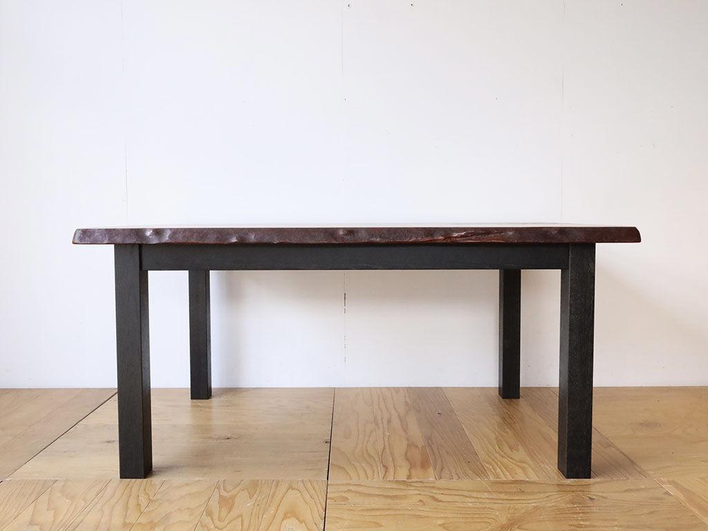 無垢一枚板の天板に黒染めオークの脚を合わせたダイニングテーブル