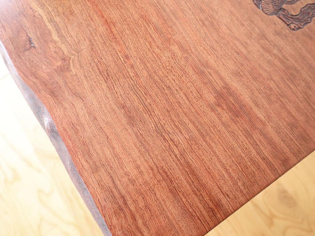 塗装を剥がし無垢材本来の色味を生かした天板