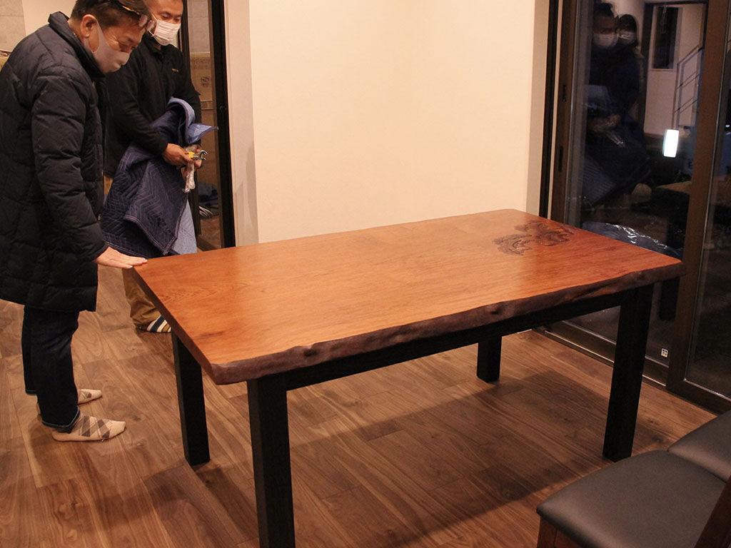 「いい感じに仕上がりましたね!」とテーブルのリメイクを喜んでくださったお客様