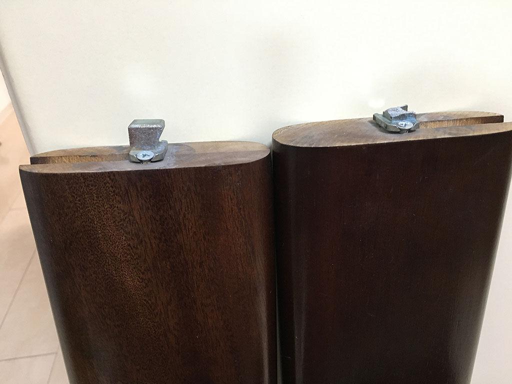 レッグジョイントの金具が破損してしまったテーブル脚(右側)