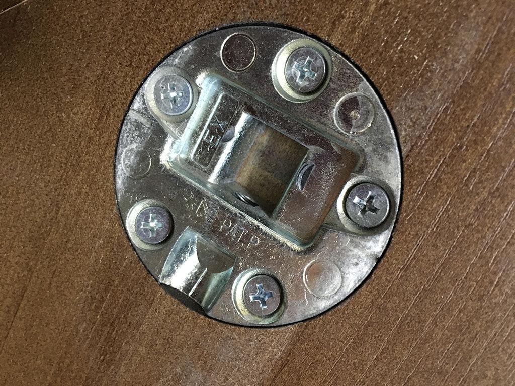 テーブル天板に埋め込まれているレッグジョイント金具