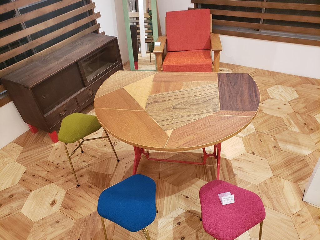 シモキタベースで展示中のルーツファクトリーの家具