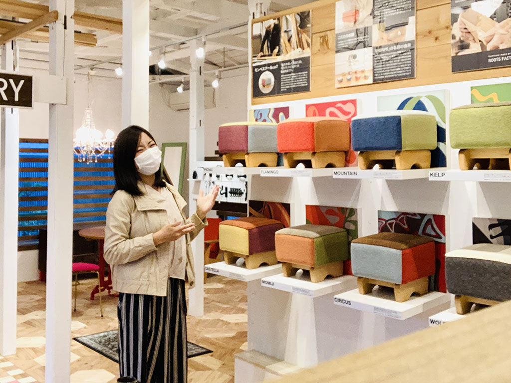 東京店シモキタベースでお店番をする店長ユリマタタのイメージ写真