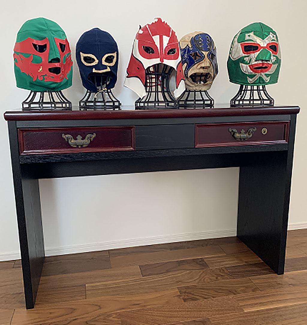 お客様が大切にされていたプロレスマスクが飾られたコンソールテーブル