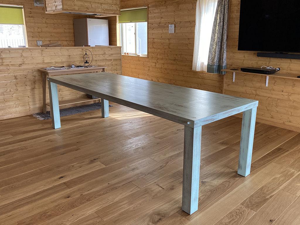 アンティーク調に塗装リメイクさせていただいたW2600×D900のダイニングテーブル