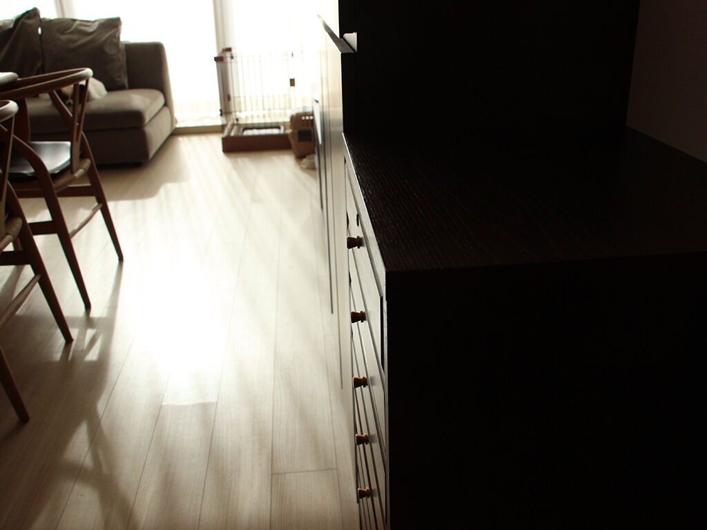 巾木分背中部分を欠きこんだことで他の家具と奥行きがぴったり合ったチェスト